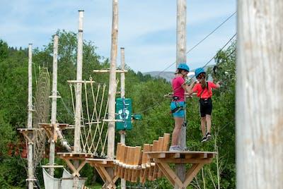 Deltakere som klatrer i Høyt og Lavt Molde