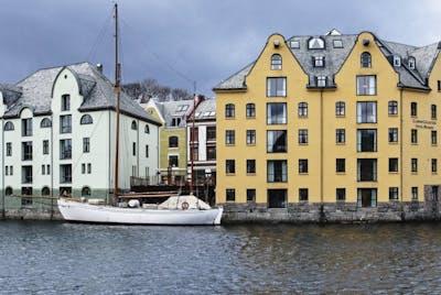 Hotel Brosundet ligger i Apotekergata i Ålesund sentrum.
