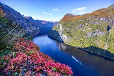 Geirangerfjorden er 15 km lang og strekker seg mellom Hellesylt og Geiranger. Fjorden er nærmere 260 meter på det dypeste, mens fjellene rundt ruver opp mot 1600-1700 meter over havet.