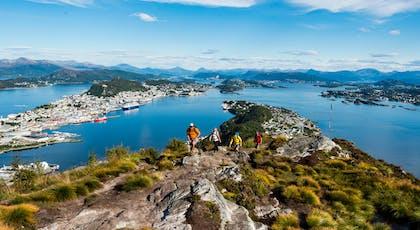 En tur til Sukkertoppen gir en flott skue over by, fjord og fjell.